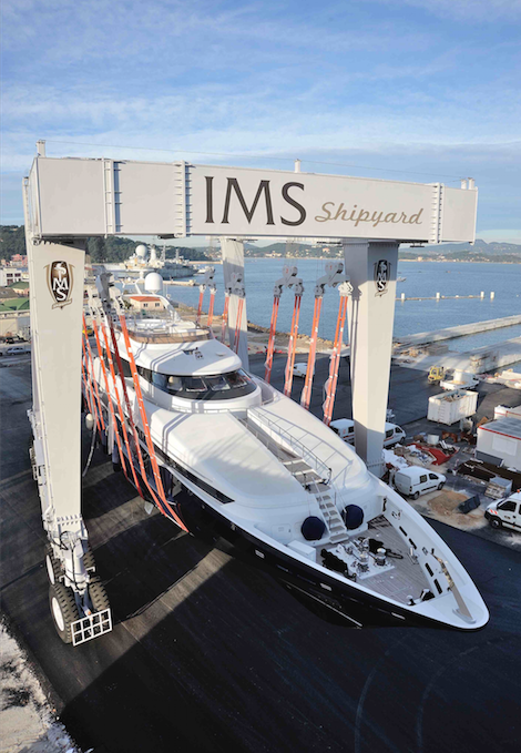 Image for article IMS 700 performs first haul-out on Heesen's 43m 'Sister Act'