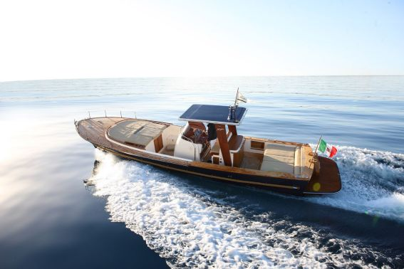 The Morgan 33 Dinghy is an open vessel, almost 10 meters in length.